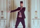 Jovanotti balla per Cattelan, con dei capelli strani