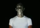 Una nuova faccia e altre immagini proiettate sulla faccia, senza effetti speciali
