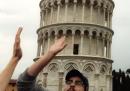 Dare il cinque ai turisti della Torre di Pisa