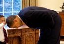 La storia della foto di Obama e del bambino che gli tocca i capelli