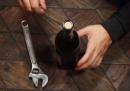 Sette modi per aprire una bottiglia di vino senza cavatappi