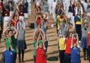 Le foto dello yoga di massa in India