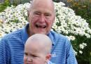 George H. W. Bush con la testa rasata per solidarietà