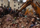 India, due edifici adiacenti crollano in Gujarat: 11 morti