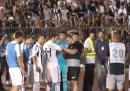 Il tifoso del Partizan Belgrado che toglie la fascia al capitano