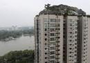 La villa abusiva sopra il tetto di un palazzo a Pechino