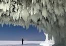 La grotta ghiacciata sul lago ghiacciato – foto