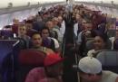 Il cast del musical del Re Leone canta sull'aereo