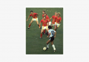 La famosa foto di Maradona solo contro sei