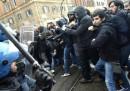 A Roma ci sono stati scontri tra manifestanti e polizia durante un corteo di Cobas e studenti contro il Jobs Act