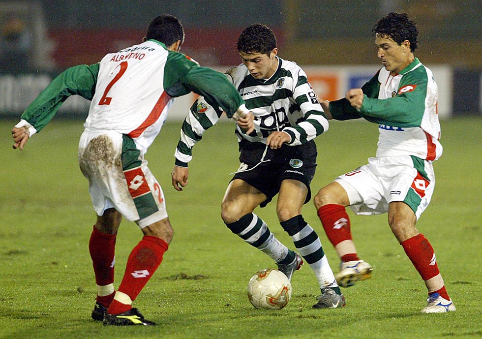 Sporting Lisbon's Cristiano Ronaldo (C) vies with
