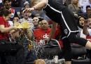 Il guaio di Mason Plumlee durante una partita di NBA