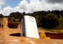 L'autobus che cade in una voragine, in Brasile – video
