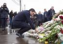 La foto di Matteo Renzi che posa dei fiori per Boris Nemtsov a Mosca