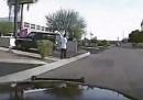 Il video del poliziotto che fa schiantare la sua auto per investire una persona sospetta