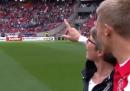 I calciatori dell'Ajax in campo con le loro mamme