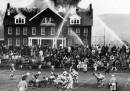 La fotografia dell'incendio dietro a una partita di college football