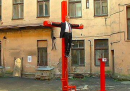 La statua di un uomo crocefisso che sembra Vladimir Putin, a Riga