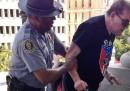 La foto del poliziotto nero e il suprematista bianco
