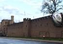 La palla da rugby gigante nelle mura del castello di Cardiff