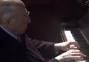 Fedele Confalonieri che suona (piuttosto bene) Bach al pianoforte