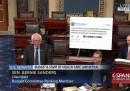 Sanders si è portato al Senato un enorme tweet di Trump