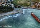 La foto del cargo che si è incagliato nel mare vicino a Livorno
