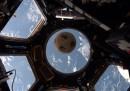 C'è un pallone da calcio in orbita intorno alla Terra, e ha una storia