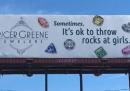 Lanciare pietre alle donne è ok, dice una pubblicità comparsa in North Carolina