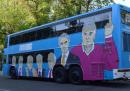 L'autobus elettorale di Podemos, con le facce di politici accusati di corruzione