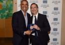 La foto di Barack Obama che riceve le chiavi di Milano da Beppe Sala