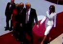 Melania Trump non vuole dare la mano a suo marito