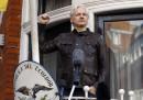 Un giudice britannico ha confermato il mandato di arresto per Julian Assange