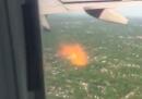 Il motore di un aereo in fiamme, ripreso da un passeggero