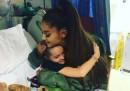 Ariana Grande è andata a trovare alcune bambine in ospedale a Manchester