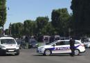 Un'auto si è schiantata contro una camionetta della polizia sugli Champs-Élysées