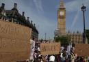 Le proteste contro il governo britannico per la Grenfell Tower