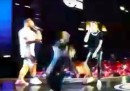 Il video della caduta dal palco di Gianni Morandi mentre cantava con Fabio Rovazzi
