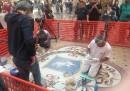 A Milano stanno restaurando il toro nella galleria Vittorio Emanuele II (e sapete benissimo perché)