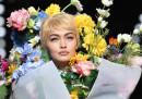 Gigi Hadid tra i fiori per Moschino
