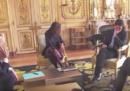 C'è chi può fare pipì all'Eliseo davanti a Macron