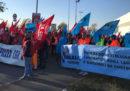 Lo sciopero dei lavoratori edili sull'autostrada a Genova