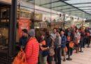 Davanti al supermercato di Amazon in cui non dovrebbero formarsi file c'era la fila