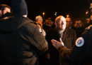 Ci sono stati violenti scontri tra migranti a Calais: 22 persone sono ferite, 4 sono in condizioni molto gravi