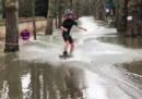 Alcuni ragazzi hanno fatto wakeboard per le strade inondate dalla Senna