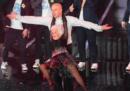"""Chi è """"la vecchia che balla"""" con Lo Stato Sociale a Sanremo"""