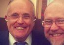Rudy Giuliani non ha chiarissimo come vanno indossati gli Airpods
