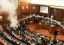 Al Parlamento del Kosovo l'opposizione ha tirato dei lacrimogeni per protestare contro l'accordo sui confini con il Montenegro