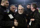 Il presidente del PAOK Salonicco è entrato in campo con una pistola durante una partita di campionato