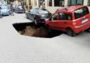 Il video di una voragine che si apre in una strada di Roma